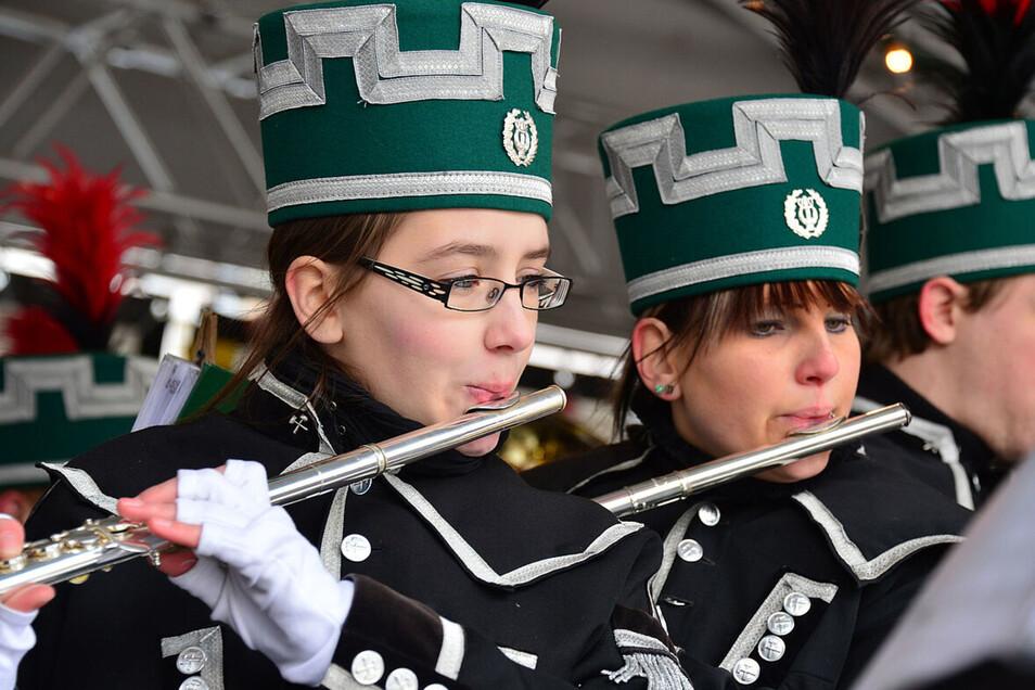 Musiker spielen bei der Bergparade in Schneeberg.
