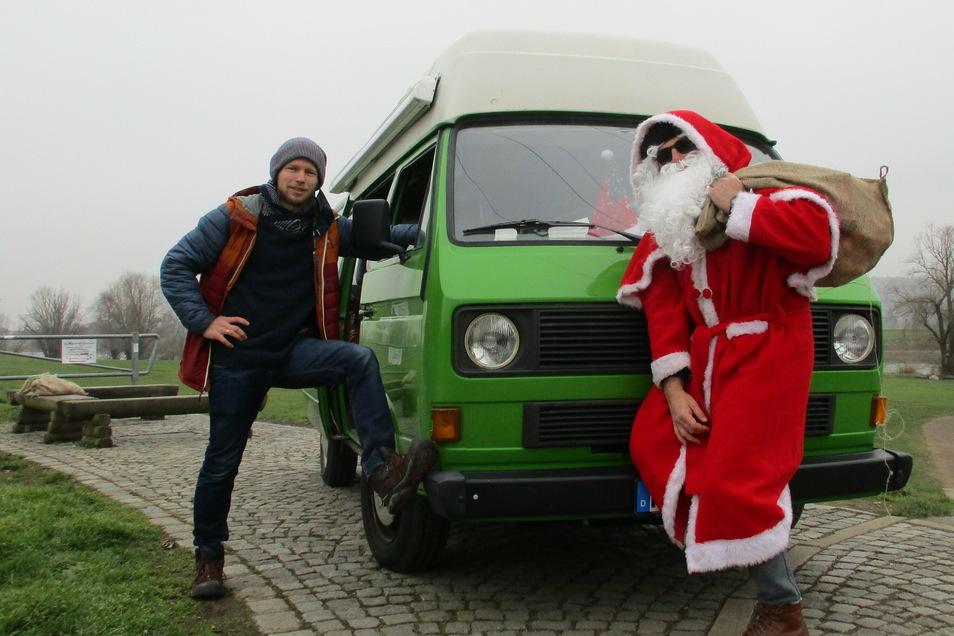 Robert Kaiser (l.) und Weihnachtsmann Peter Heilsberg verteilten Säcke mit Geschenken in Radebeul. Mit der Aktion wollten sie Jugendlichen zeigen, dass beide an sie denken.