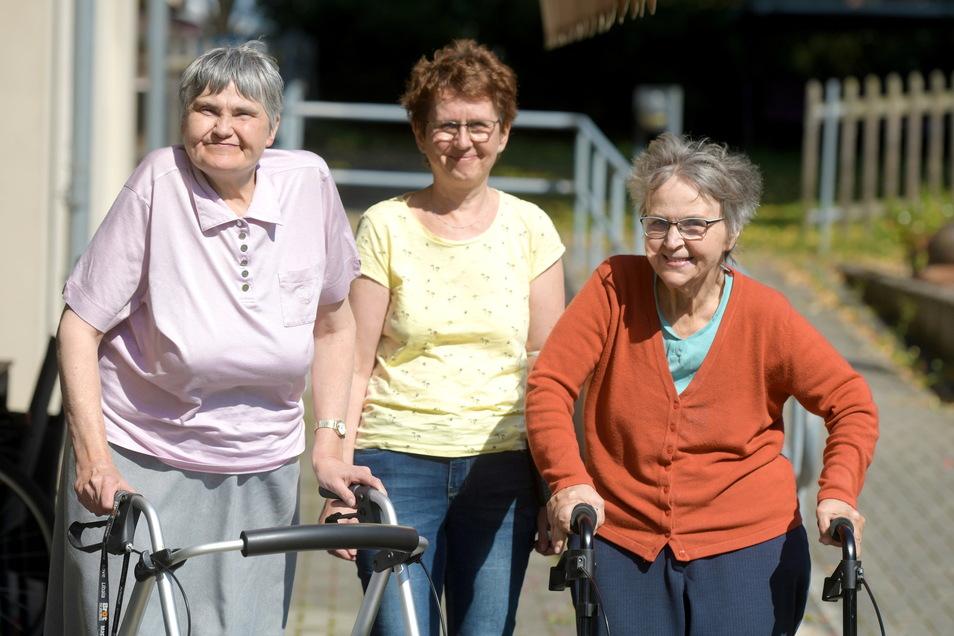Familie auf Zeit: Katharinenhof-Bewohnerin Andrea, Betreuerin Anke Petschke und Bewohnerin Sieglinde (von rechts) kennen sich seit Jahrzehnten.