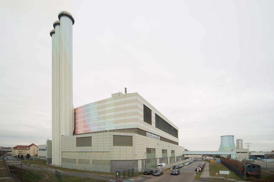 Das Heizkraftwerk Nossener Brücke ist der Hauptversorger in Dresden. Dort arbeiten drei Gas- und eine Dampfturbine.