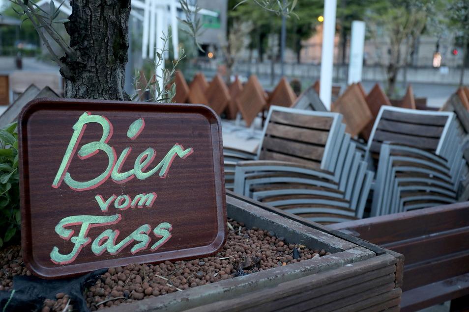 Mit dem Bier vom Fass wird es am Donnerstag zum Männertag wohl nichts werden. Die Stühle bleiben im Landkreis Meißen hochgeklappt. Die Öffnung der Außengastronomie ist erst möglich, wenn die Sieben-Tage-Inzidenz fünf Tage lang unter 100 liegt.