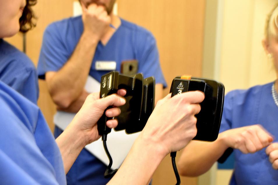 Unter dem kritischen Blick des Notfallteams üben die Schwestern und Assistenzärzte im Bauchzentrum, wie der Defibrillator eingesetzt wird. Kein routinemäßiger Handgriff, der deshalb immer wieder geübt werden muss.