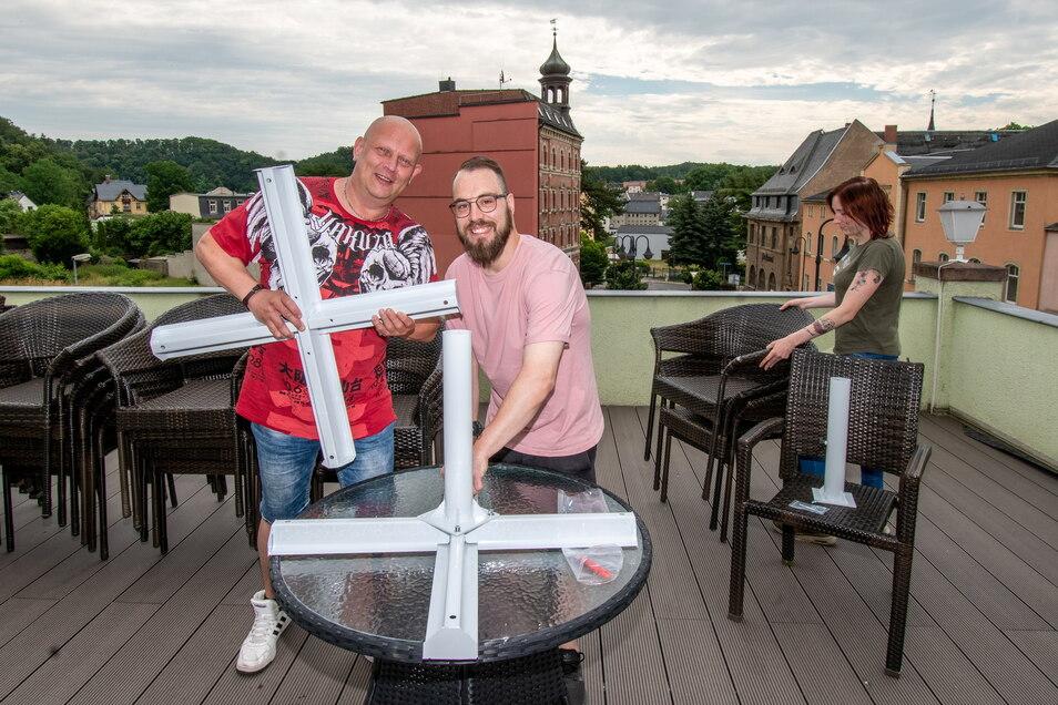 Bei Albis Petrol Corner in Waldheim wird die Dachterrasse überdacht und dort die Außengastronomie etabliert. Chef Thomas Albert (links) will den Bereich zum Monatswechsel eröffnen.