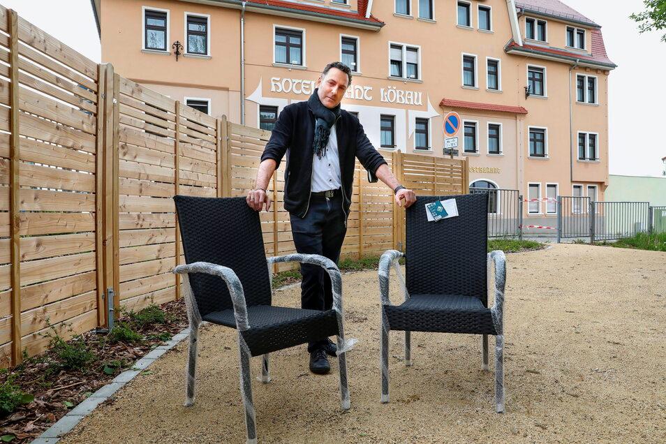 """Sascha Ehlert, Inhaber vom """"Hotel Stadt Löbau"""", bereitet die Freisitze vor."""