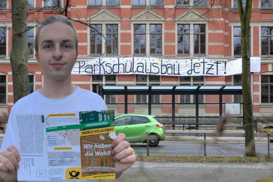 Alexander Hilse zeigt einen Flyer, den Haushalte in Zittau und einigen Ortsteilen erhalten haben. Darin konnte für das Bürgerbegehren zum Ausbau der Parkschule unterschrieben werden.