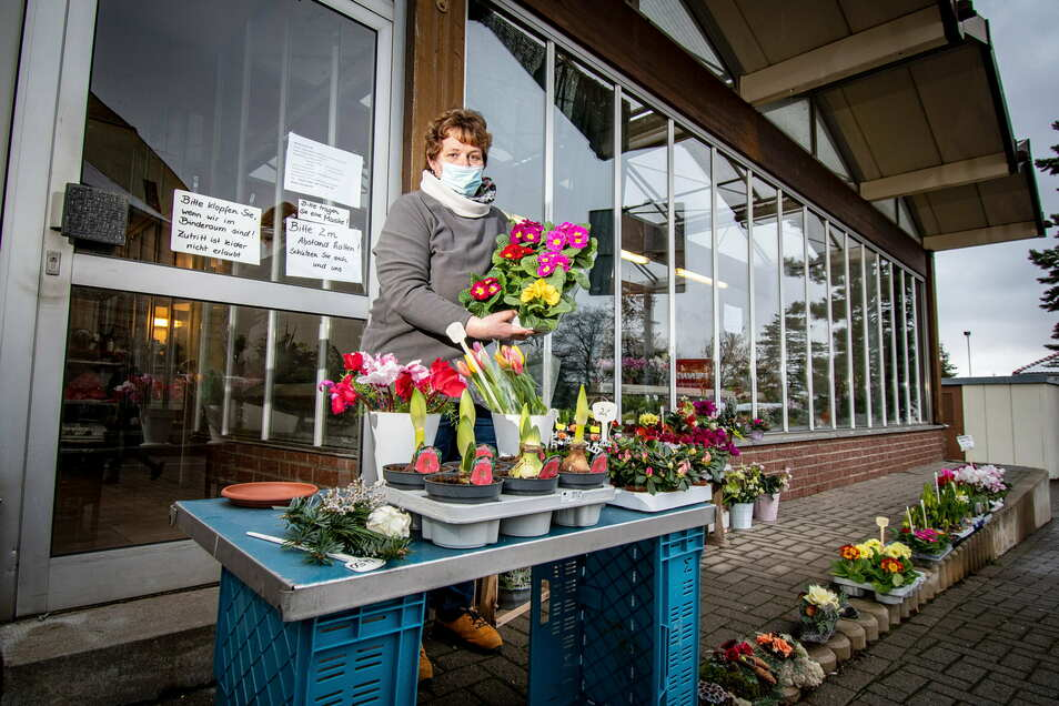 Katrin Schuricht vom Blumenhaus Schubert in Leisnig darf vor ihrem Geschäft verkaufen.