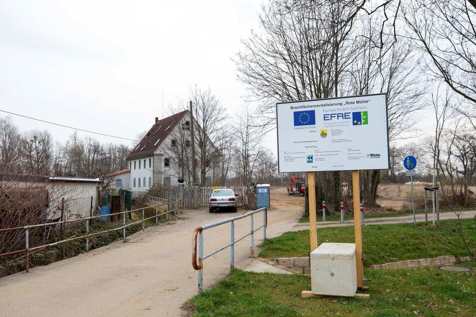 Von der Heinrich-Zille-Straße kommend, gelangt man zum Gebiet rund um die ehemalige Rote Mühle, das jetzt zu einem kleinen Park umgestaltet wird.