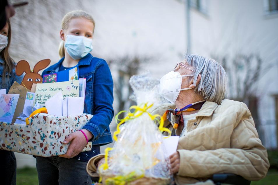 Die Seniorin Ingrid Armbruster freut sich sehr darüber, dass die Kinder an sie und die anderen Bewohner denken. Auch ihr Osterfest wird nicht wie gewohnt mit viel Verwandtschaft stattfinden.