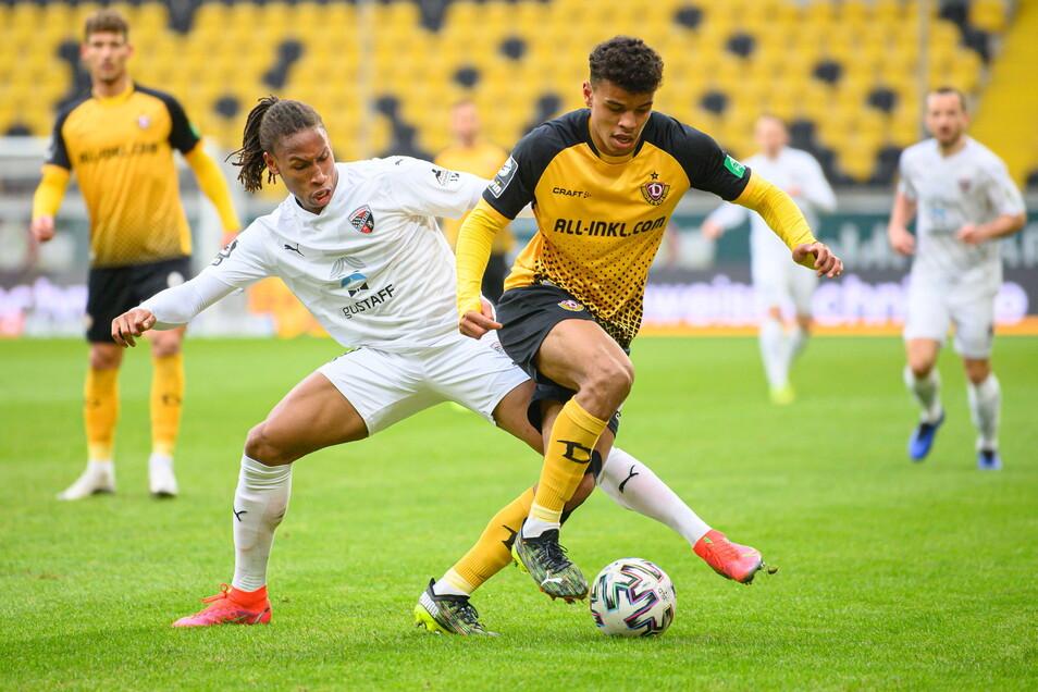 Ransford-Yeboah Königsdörffer setzt sich gegen Ingolstadts Caniggia Elva durch. Der Dresdner ist der Mann der ersten Hälfte.
