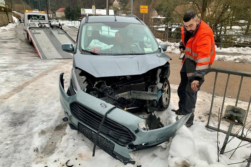 Bei einem Unfall auf der Hohnsteiner Straße in Porschdorf ist am Freitagmorgen ein Mann schwer verletzt worden. Ein 37-Jähriger war nach Polizeiangaben mit einem Ford Mondeo Richtung Rathmannsdorf unterwegs, als er in einer Kurve ins Rutschen kam. Dabei p