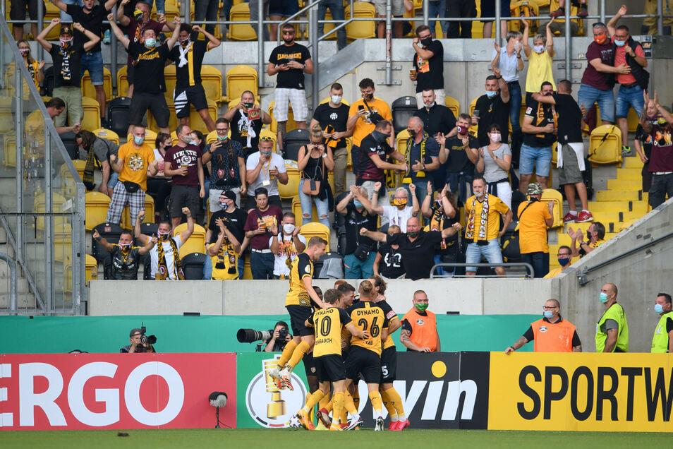 Dynamos Spieler jubeln im Stadion mit den Fans - das war so zuletzt am 14. September 2020 beim 4:1-Sieg im Pokal gegen den Hamburger SV möglich. Nun kehren die Zuschauer zurück - mit Einschränkungen.