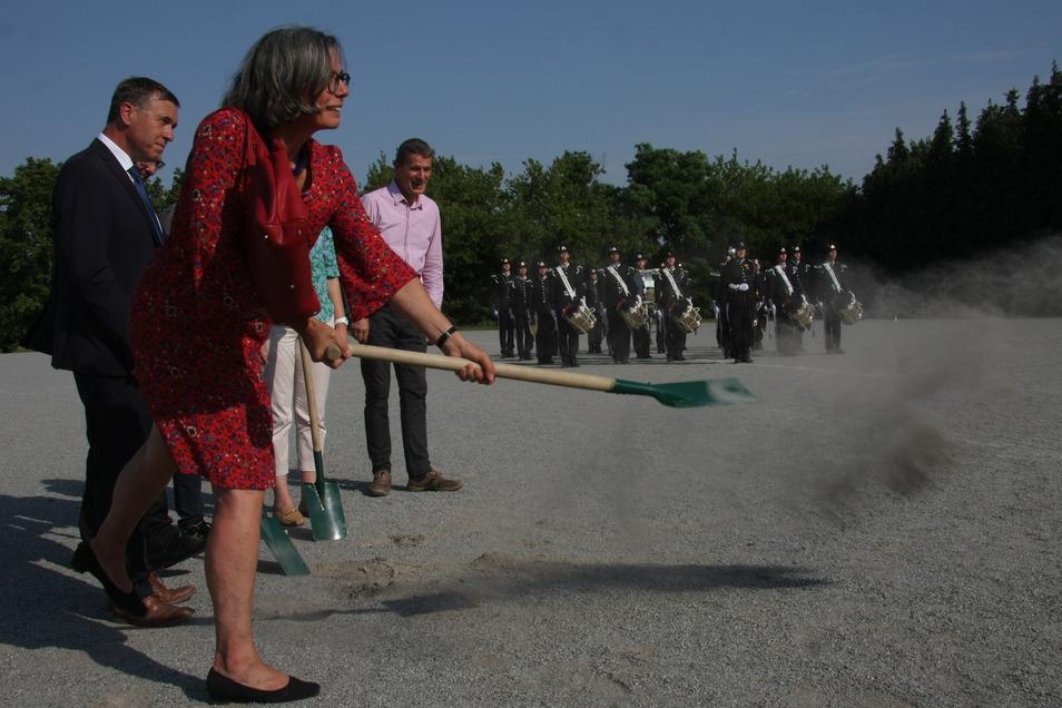 Mit Schwung absolvierte die Pulsnitzer Bürgermeisterin Barbara Lüke den ersten Spatenstich für den neuen Trainings- und Sportplatz beim Spielmannszugs Oberlichtenau.