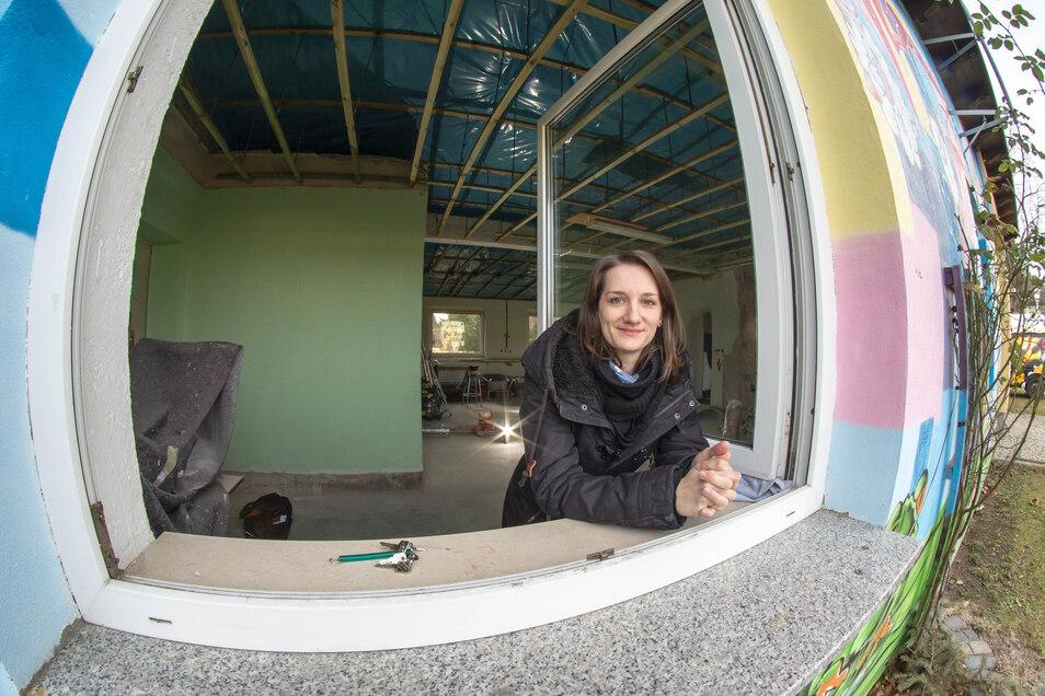 Anne Seifert vom Oberlausitzer Jugendring in dem ans HOLZ angrenzenden Raum, in dem der Makerspace, eine Projektwerkstatt, enstehen soll.