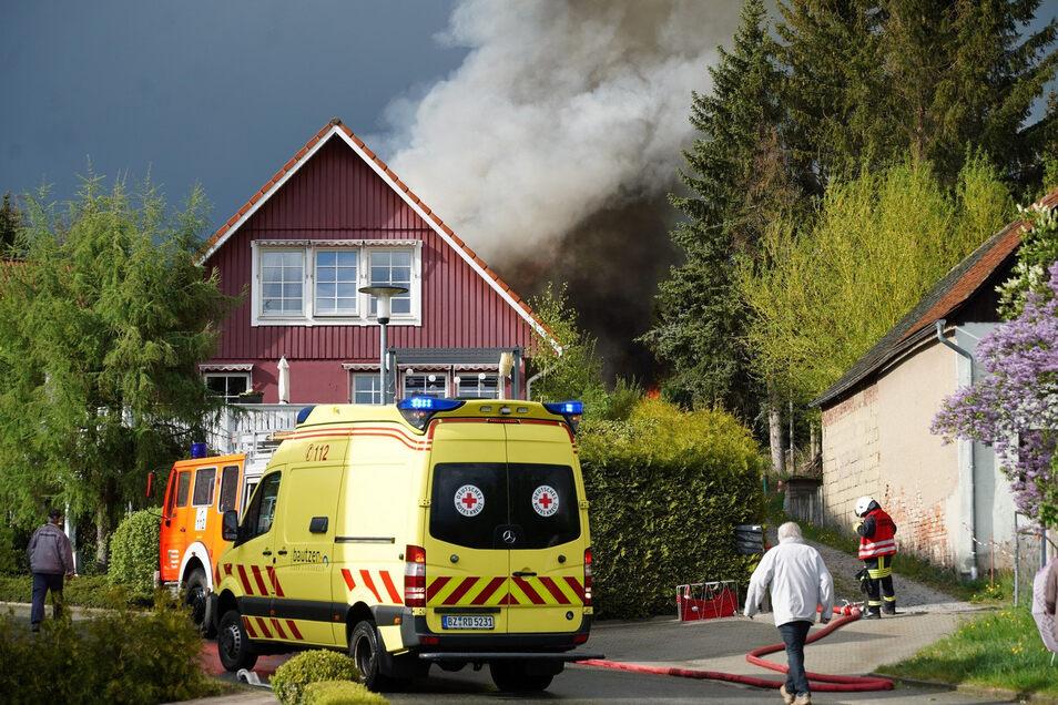 Dicker Rauch über der Schwedenhaussiedlung in Großpostwitz. Hier ist am Freitagnachmittag ein Brand ausgebrochen.