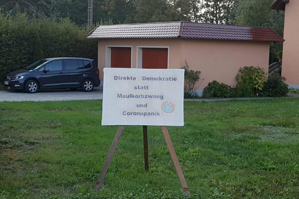 Auch dieses Protestplakat steht in Schönfeld.