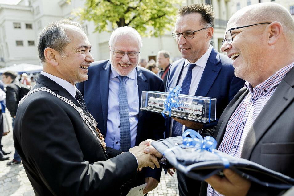 Immer wieder sah man Bombardier-Deutschland-Chef Michael Fohrer (2.v.r.) in Görlitz. Hier gratulierte er vergangenen Sommer zusammen mit Werkleiter Carsten Liebig (2.v.l.) und dem Betriebsratsvorsitzenden René Straube (re.) dem neuen Görlitzer OB Ursu.