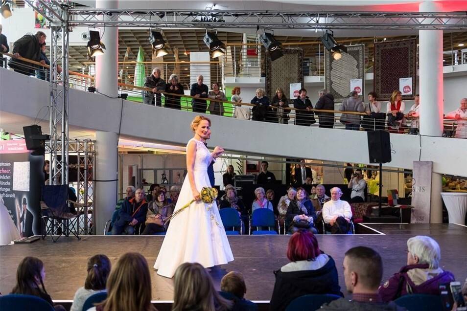 Auf der Bühne führten Brautpaare aktuelle Mode vor.