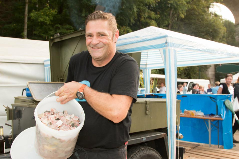 Dirk Spreer, der Mann an der Gulaschkanone, kommt gar nicht nach mit dem Heranschaffen von frischem Fisch.