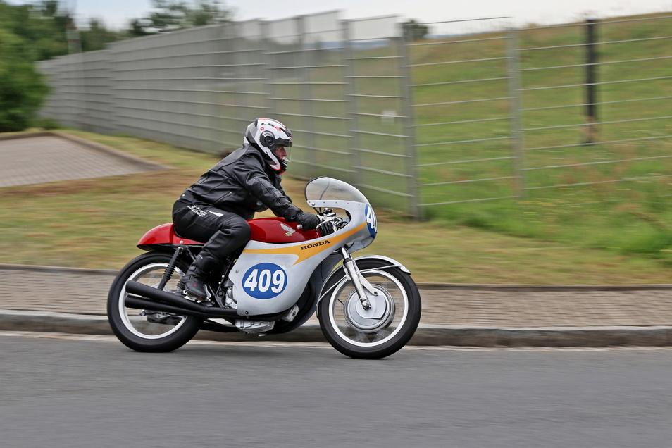 Schön und laut: historische Rennmotorräder. Im Bild ein Teilnehmer des Weidaer-Dreieck-Rennens von 2017.