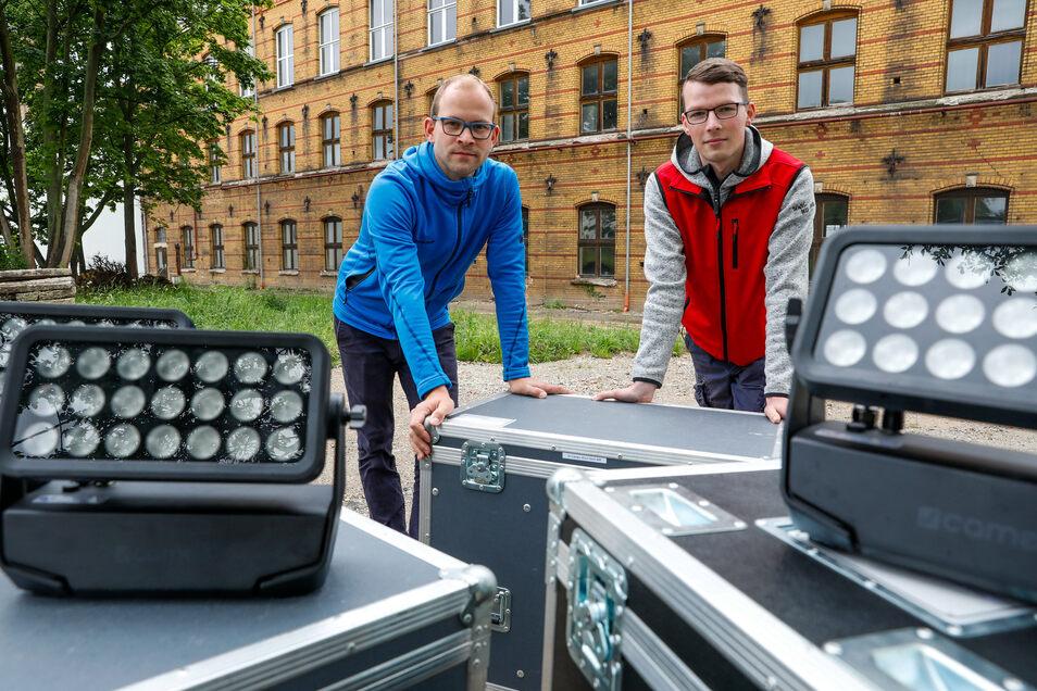 Links Tobias Wagner von Wagner-Sound GbR (links) und Axel Bombach bereiten die Lichtaktion vor.