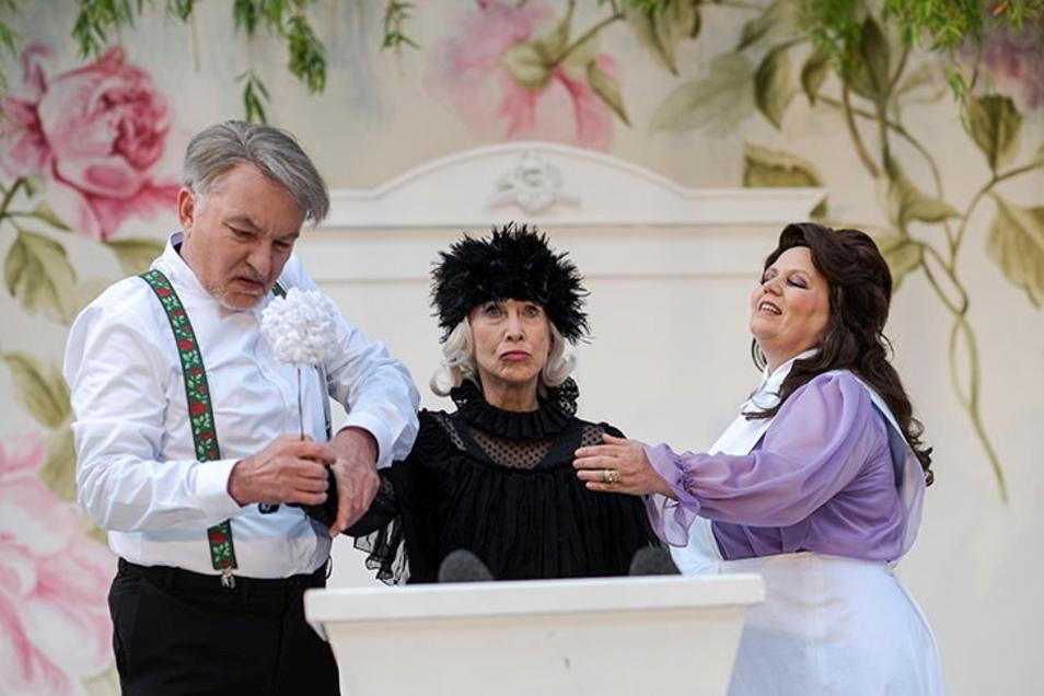 Sabine Krug als einbalsamierte Leiche (Mitte) mit Tilo Werner als Witwer und Patricia Hachtel als erbschleicherischer Krankenschwester.