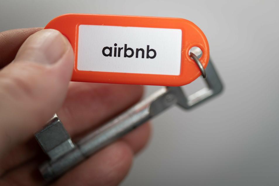 """ARCHIV - 04.06.2020, Niedersachsen, Osnabrück: ILLUSTRATION - «airbnb» steht auf einem Schlüsselanhänger. (Zu dpa """"EuGH: Frankreich darf Airbnb-Vermietung einen Riegel vorschieben"""") Foto: Friso Gentsch/dpa +++ dpa-Bildfunk +++"""