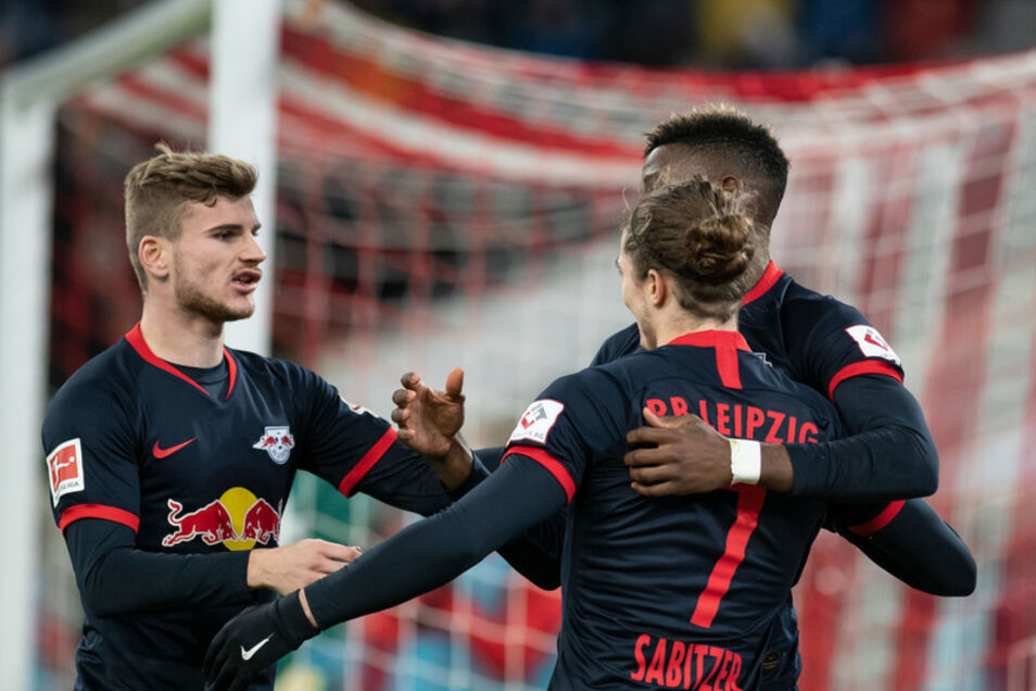 RB ist nicht zu stoppen: Nordi Mukiele von Leipzig jubelt mit Marcel Sabitzer (vorne) und Timo Werner (l) über seinen Treffer zum 3:0.