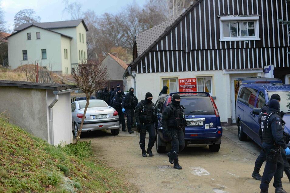 Ein Spezialeinsatzkommando der Polizei stürmte dieses Haus in Seifhennersdorf.