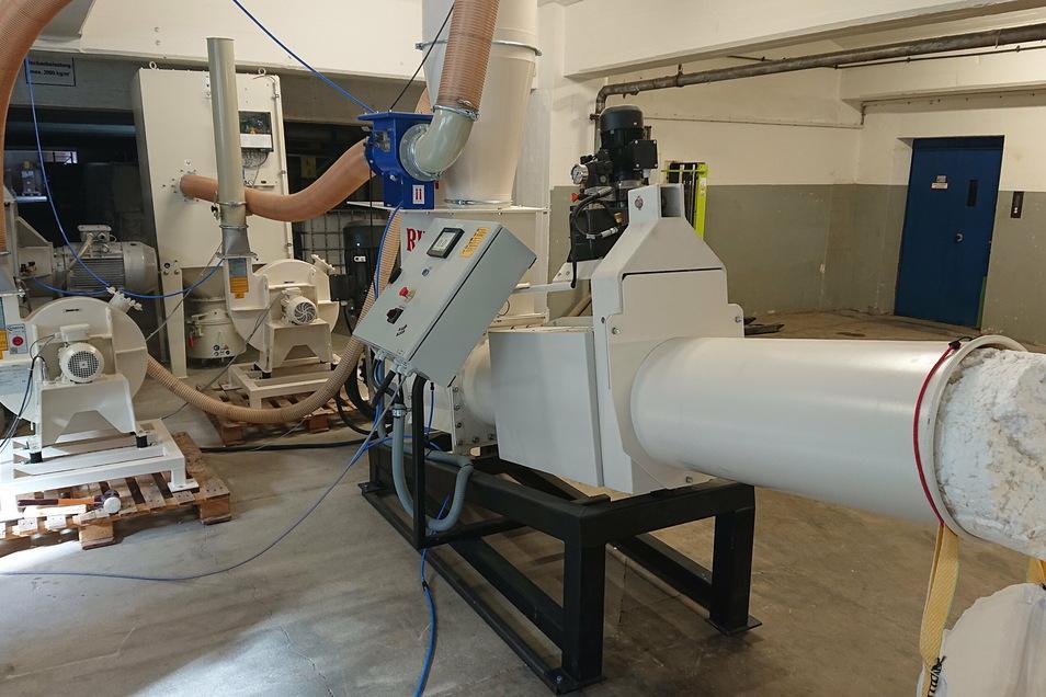 Die Trockenzerfaserungsanlage steht seit einigen Monaten testweise in einer Papierfabrik. Heraus kommt komprimierte Faserwolle.