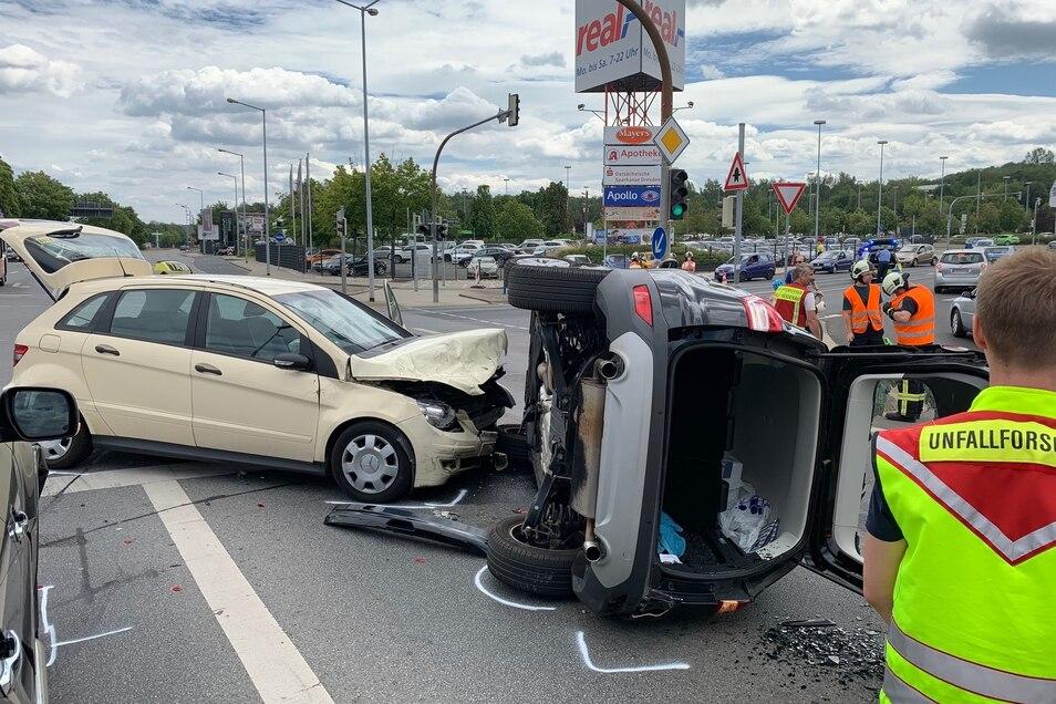 Das Taxi stieß mit dem Ford zusammen, der auf die Seite kippte.