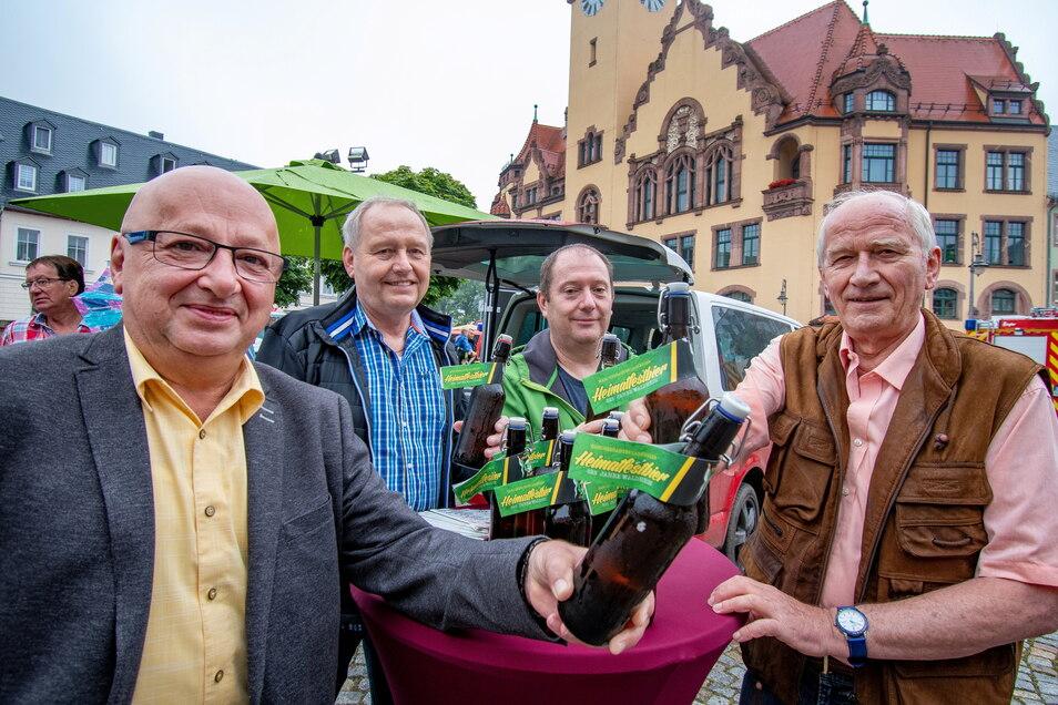 Das Heimatfestbier der Stadt Waldheim wird auf dem Waldheimer Frischemarkt verkauft. Am Sonnabend ist Altbürgermeister Karl-Heinz Teichert (rechts) wieder mit einem Stand auf dem Markt vertreten.
