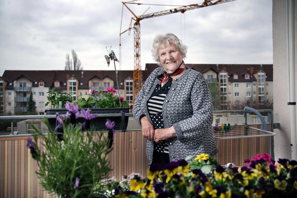 """Rosemarie Reichelt hat von ihrem Balkon im Betreuten Wohnen des Advita Pflegedienstes an der Güterbahnhofstraße in Radeberg einen direkten Blick auf die Baustelle. """"Schade, dass Bäume fallen mussten, aber die neuen Wohnungen für Senioren werden drin"""