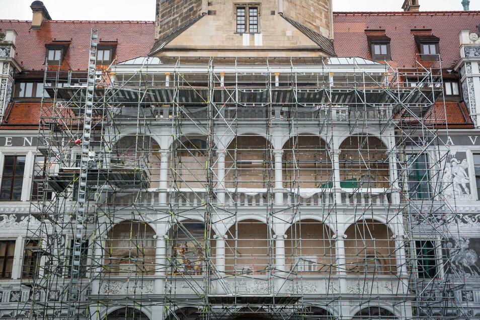 Das ist der Altan zu Füßen des Hausmannsturms. Die Fresken im ersten und zweiten Obergeschoss sollen bis 2022 vollendet werden.