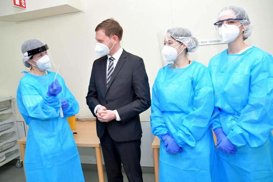 Einmal zum Schnelltest bitte: Sachsens Regierungschef Michael Kretschmer (CDU) musste sich vor dem Besuch der Radeberger Asklepios ASB-Klinik testen lassen.