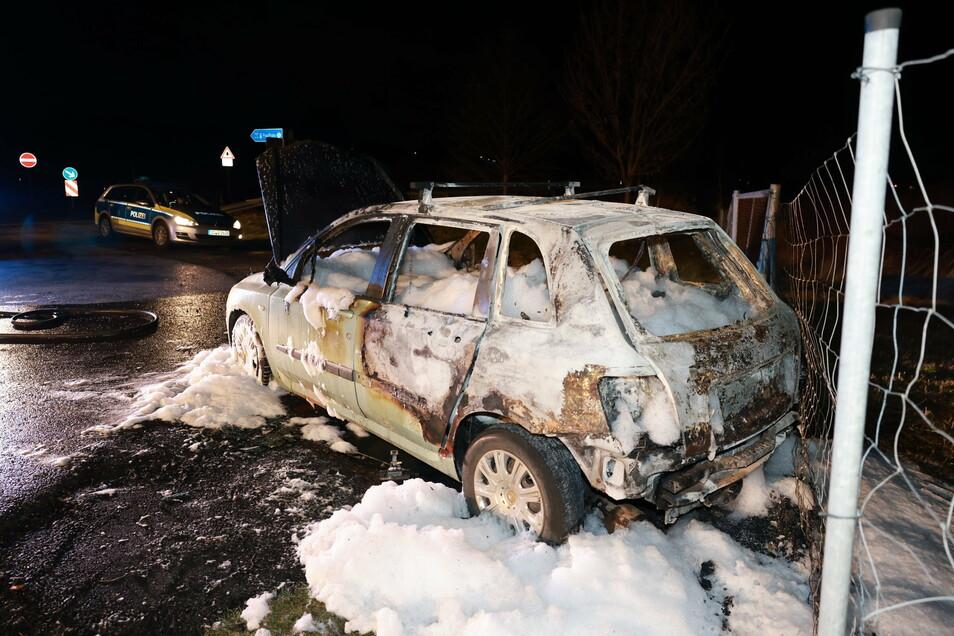 Mit Schaum löschten die Feuerwehrleute dieses Auto.