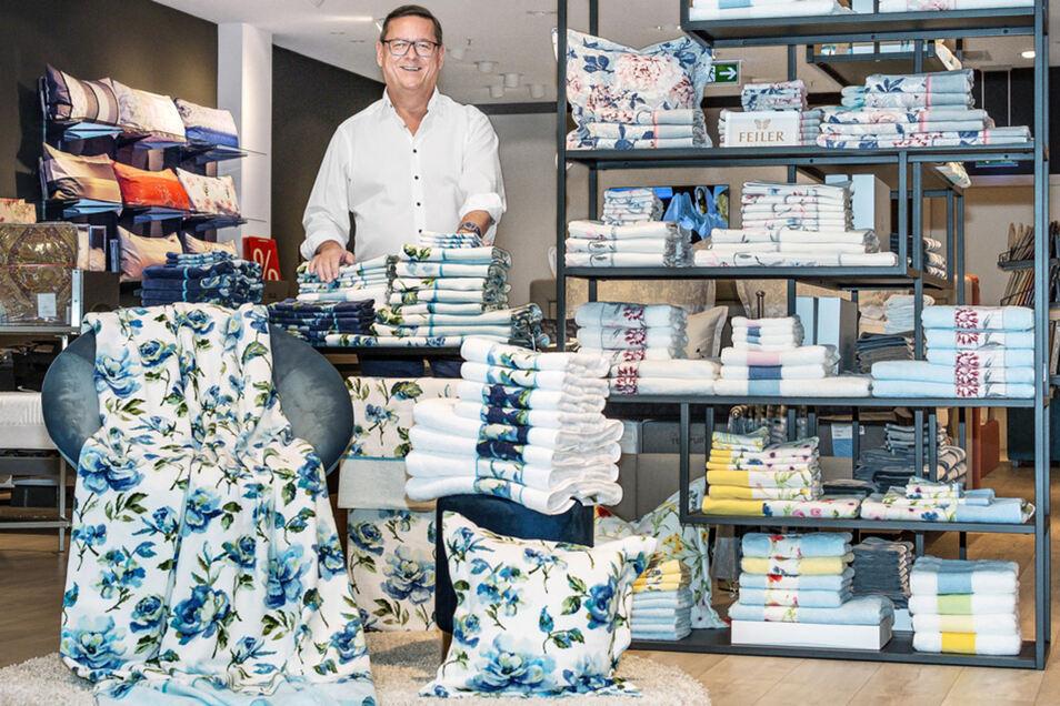 Michael Schulze, Filialleiter von HEBER Schlafkultur in der Altmarkt-Galerie Dresden, bietet seinen Kunden ein außergewöhnlich großes Sortiment an Chenille-Badtextilien des deutschen Herstellers Feiler.