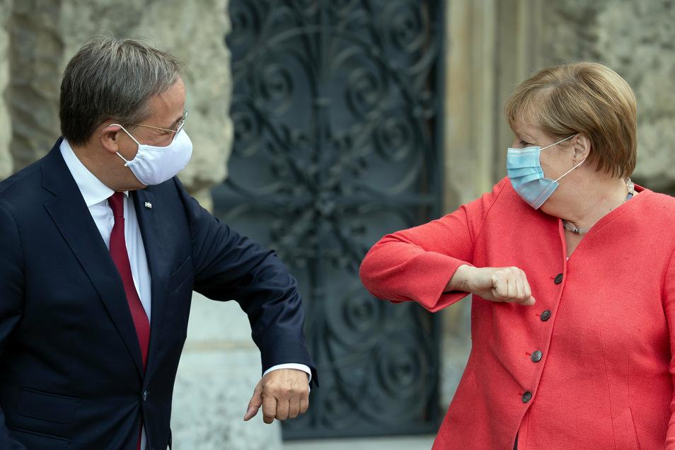 Bundeskanzlerin Angela Merkel (CDU) wird von Armin Laschet (CDU) begrüßt.