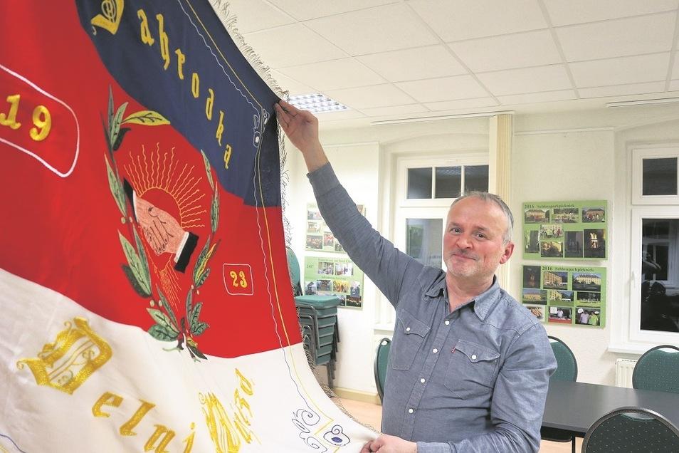 Frank Knobloch ist seit 2004 Ortsvorsteher in Uhyst/Spree. Zusammen mit Kultur- und Geschichtsinteressierten gründete er am 19. Februar 2021 den Verein Zahrodka 1921 in Erinnerung an den vor 100 Jahren entstandenen Vorgänger. Stolz zeigt Frank Knobloch