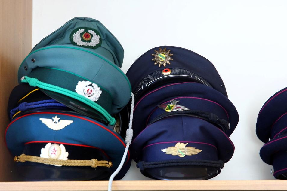 Auch allerhand Mützen und Hüte aus zahlreichen Epochen gibt es auszuleihen.