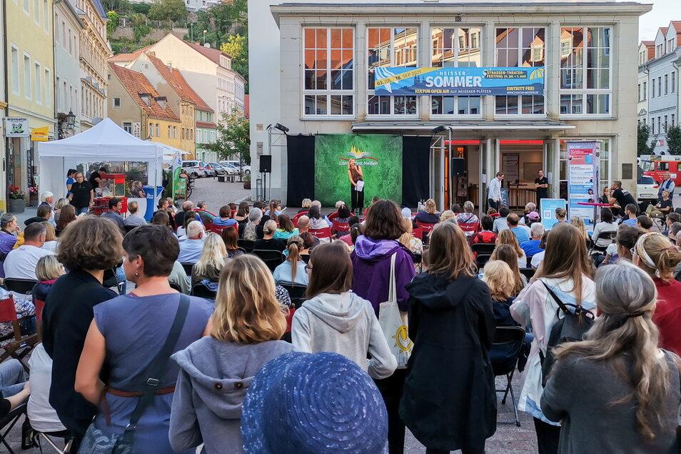 Poetry Slam auf der Bühne vor dem Theater Meißen. So wie hier waren die rund 170 Lesungen beim Literaturfest in Meißen am Wochenende sehr gut besucht.