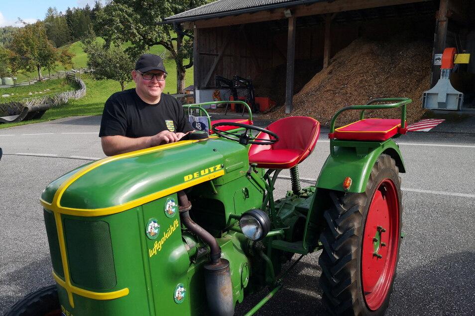 Daniel Lorenz mit dem familieneigenen Traktor, einem Deutz F1L 514, auf dem Ferienhof Oberreith. 2013 als Geburtstagsgeschenk für seinen Vater Dietmar gedacht, wird er von Familie Lorenz vielfältig genutzt, teilweise sogar als Rennwagen.