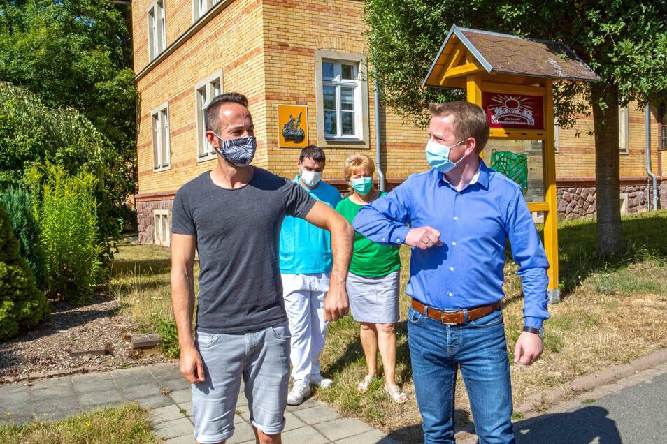 Danke, sagt Eric Riedrich (links) symbolisch für alle Mitarbeiter der Brücke Wohnstätten gGmbH. Die Geschäftsführer Lars Werner (rechts) und Sebastian Lässig sowie Heimleiterin Karin Preißler verkündeten die Botschaft, dass alle Mitarbeiter einen