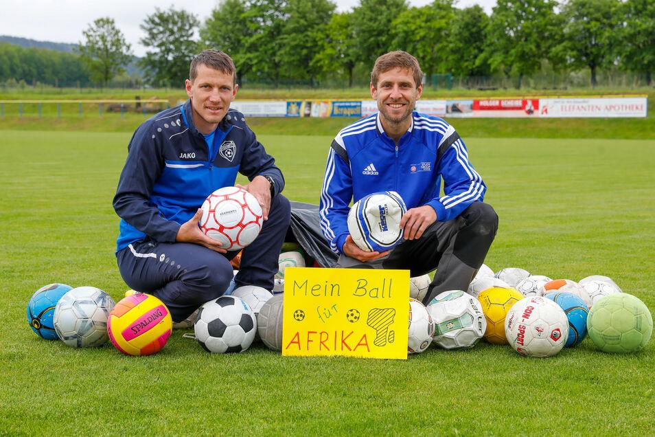 André Cerwinka vom FSV Oderwitz 02 und Marco Schätzel organisierten 150 Bälle für Tansania.