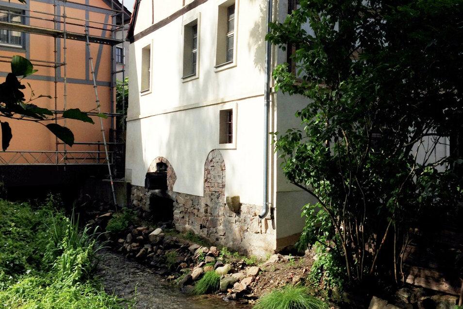 Radlos: Wittichenaus Stadtmühle. Einst hatte sie sogar zwei Mühlräder. Der vordere Durchbruch, obwohl vermauert, ist so weit frei gelegt, dass erahnbar ist, wo sich Rad Nr. 2 befand. Von Rad Nr. 1 ist die Welle erhalten geblieben.
