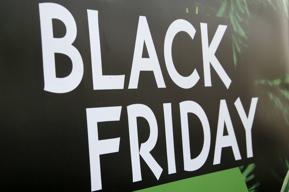 In vielen Schaufenstern wird für den Black Friday geworben.