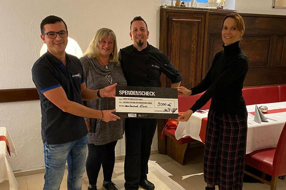 Florian Philipp und Marko Ullrich übergeben im Kochtempel Riesa einen Scheck über 9.000 Euro an Kerstin Paarmann. Im Hintergrund Aileen Jahnke, die beim Gewinnspiel gewonnen hatte.