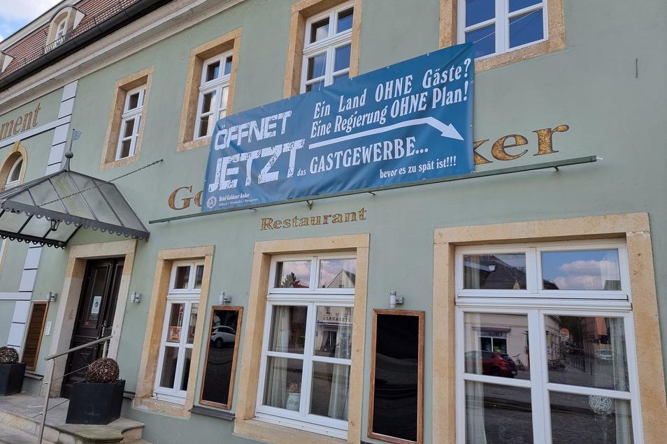 Protest an der Hauswand des Hotels Goldener Anker in Radebeul-Kötzschenbroda macht auf die Lage aufmerksam.