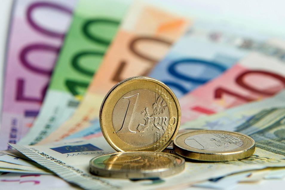 Die für den 1. April 2021 vorgesehene Diätenerhöhung von zurzeit 5.943 Euro auf künftig 6.237 Euro pro Monat sowie die gleichzeitige Erhöhung der Zuschüsse an die Parlamentsfraktionen führen zu Mehrkosten von knapp neun Millionen Euro – pro Jahr.