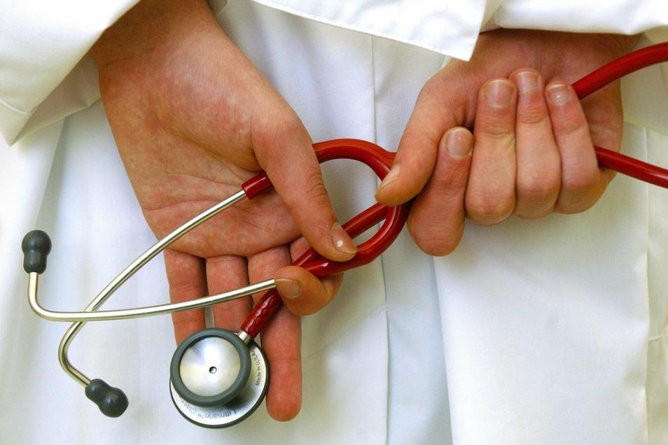 Ein Arzt sitzt in Bielefeld wegen des Verdachts von Sexualstraftaten an Patientinnen in Untersuchungshaft.