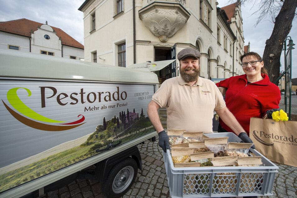 """Christian und Melanie Prohl von der Nudelmanufaktur """"Pestorado"""" aus Weinböhla liefern ihre Produkte jetzt mit """"Luigi"""" aus."""